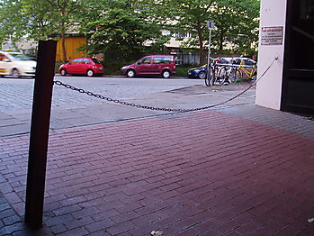 Beinahe-Unfall auf dem Fahrrad wegen schlecht markierter Absperrkette